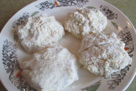 сырые сырники на тарелке